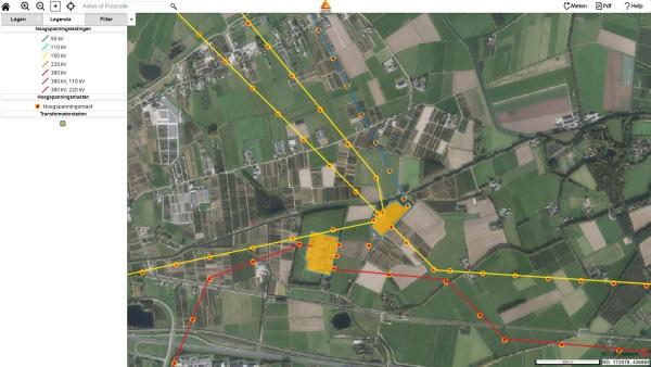 Hoogspanningsmast hoogspannigsleiding en transformatorhuisjes op de kaart